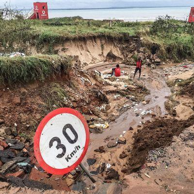 Asukkaita tulvien tuhoamalla tiellä Pembassa 28. huhtikuuta.