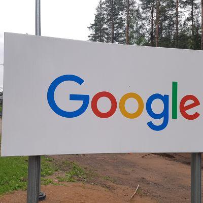 Googlen kyltti Haminan palvelinkeskuksen portin läheisyydessä.