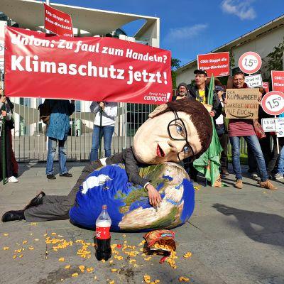 Nuoret saksalaiset ovat tyytymättömiä CDU:n uuden puoluejohtajan Annegret Kramp-Karrenbauerin ilmastopolitiikkaan ja hänen yritykseen rajoittaa tubettajien ilmaisuvapautta. Ilmastomielenosoitus liittokansleriviraston edessä keskiviikkona 29. toukokuuta.