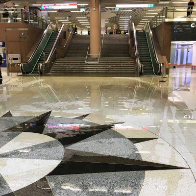 Vesilammikko asematunnelin lattialla.