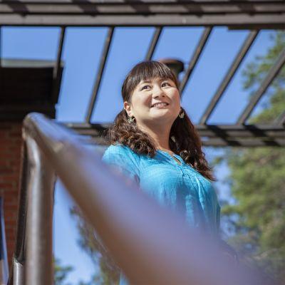 Japanilainen nainen Säyätsalon kunnantalon portaissa.