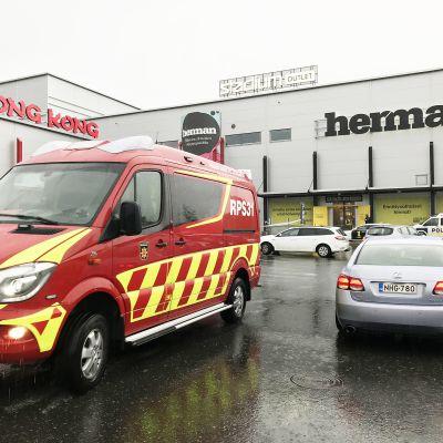 Ambulanssi kauppakeksuksen edustalla.