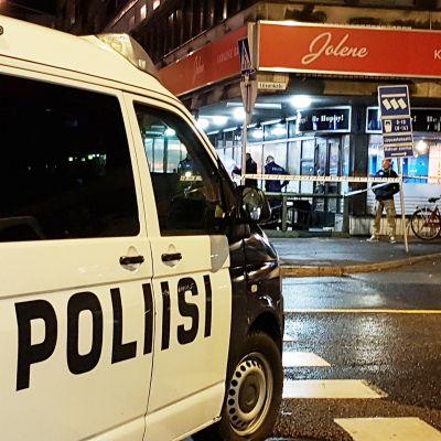 Poliisiauto ravintolan edustalla.