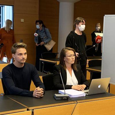 Näyttelijä Roope Salminen vastasi torstaina 20. elokuuta Helsingin käräjäoikeudessa syytteisiin pakottamisesta seksuaaliseen tekoon. Salminen kiistää syytteet.