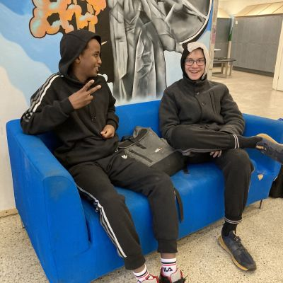 Kahdeksasluokkalaiset Pertti Kiili ja Mohammed Sharmake istuvat sinisellä sohvalla.