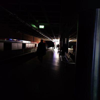 Pimeä Itäkeskuksen metroasema.