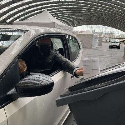 Autoilija sujauttaa äänestyslipukkeen vaaliuurnaan Amsterdamin kongressikeskuksessa.