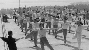 Invalidiserade veteraner gymnastiserar.