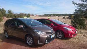 två hybridbilar av lolas service & taxi fint uppradade i landsbygden