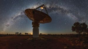 ASKAP-radioteleskooppi tähtitaivaan alla