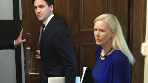 Anna Lindstedt kommer ut ur rättssalen i Stockholms tingsrätt.