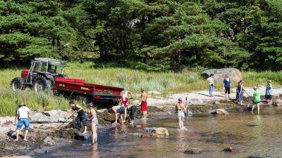 människor rensar upp på en strand