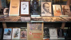 Aleksis Kiven tuotantoa vitriinissä