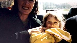 Skådespelaren Siri Fagerudd med en liten flicka i famnen