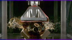 Konjakkipullo särkyy hydraulicprässissä