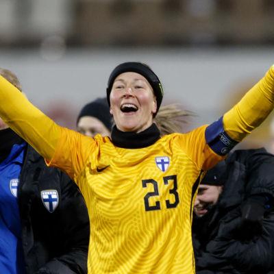 Tinja-Riikka Korpela jublar efter att damlandslagets säkrat plats i EM-slutspelet.