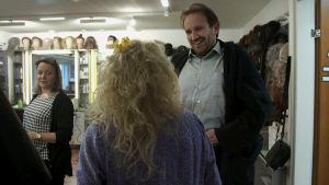 Oopperalaulaja Tommi Hakala juttelee Helnana kanssa maskissa.