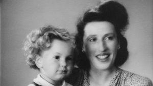Svartvit bild på Rene Nyberg med sin mamma.