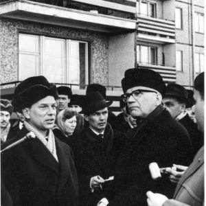 Kekkonen bekantar sig med Estlands första förort i sovjetisk stil Mustamäe i Tallinn. Till vänster Tallinns chefsarkitekt Dmitri Bruns