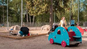 Barn som leker i en lekpark.