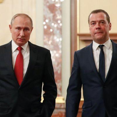 Vladimir Putin och Dmitrij Medvedev strax före regeringens sammanträde den 15 januari 2020.