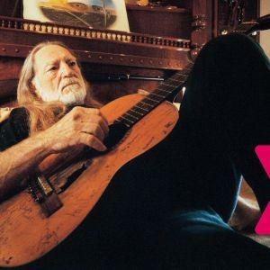 Willie Nelson spelar akustisk gitarr liggande på en säng..