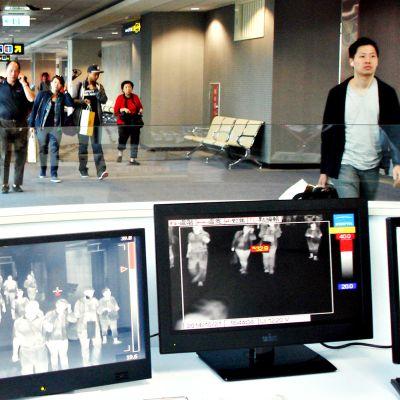 aipein Songshan lentokentällä lämpöskanneri seuraa saapuvien matkustajien lämpötiloja.