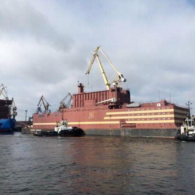 Kelluva ydinvoimala satamassa Pietarissa.