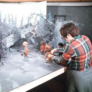 Irja Ranin työskentelee Heikkopeikko-animaation parissa vuonna 1975.
