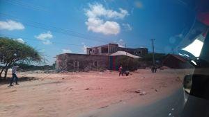 Livet i Mogadishu genom ett bepansrat fönster.