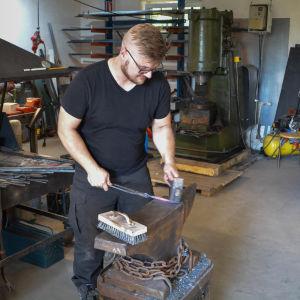 Benjamin Granberg jobbar vid sin smedja