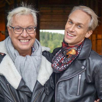 Christoffer och Lars-Åke står i ett fähus och ler mot kameran.