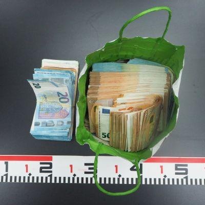 Poliisin takavarikoima kassi, jossa käteistä rahaa.