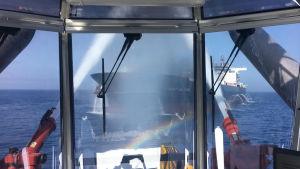 Brandmän försöker släcka branden på det norska tankfartyget Frontline som på torsdagen drabbades av tre explosioner