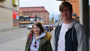 En ung kvinna och en ung man står i centrum av Borgå.