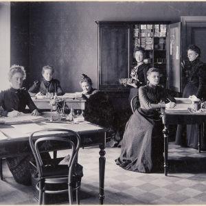 Rautatiehallituksen tarkastustoimiston naisvirkailijat huhtikuussa 1900. Vasemmassa reunassa Ebba Stjernschantz.