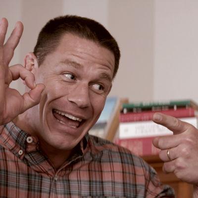 Mitchell gör obscena fingergester.