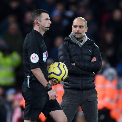 Erotuomari Michael Oliver ja Manchester Cityn päävalmentaja Pep Guardiola