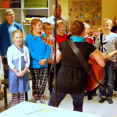 Elever i Kyrkostrands-Jungmans skola sjunger