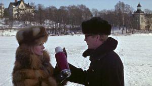 Anja (Françoise Dorléac) ja Harry Palmer (Michael Caine) kohtaavat Töölönlahden jäällä Helsingissä elokuvassa Miljardin dollarin aivot. Anjan käsissä on kohtalokas termospullo.