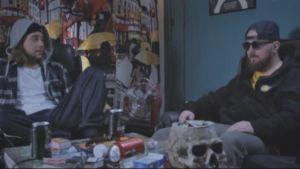 Julma Hoo (Julma Henri) Punasii päin -elokuvasta tehdyssä ruutukaappauksessa istuu vastanäyttelijän kanssa sotkuisessa olohuoneessa.