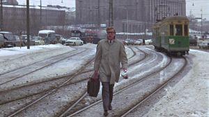 Harry Palmer (Michael Caine) salkkuineen lumisella Mannerheimintiellä elokuvassa Miljardin dollarin aivot