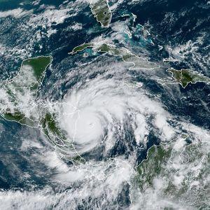 Karta på orkanen Iota som drar över Karibiska havet mot Nicaragua