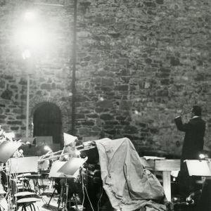 Meri Louhos säestää pianolla Fideliota Olavinlinnassa 1968.