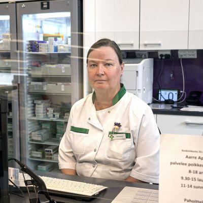 Apteekkari Kirsi Rosenqvist pleksilasin takana työpaikallaan Riihimäen Aarre apteekissa.