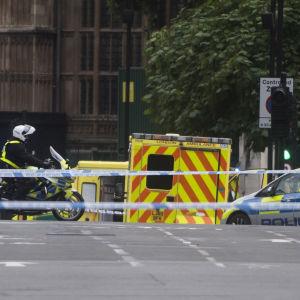 Polis har anlänt till händelseplatsen i London efter att en bil kraschat in i säkerhetsbarriären som omger parlamentet i London.