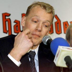 Jari Isometsä under presskonferensen efter sitt positiva dopningsprov i Lahtis 2001.