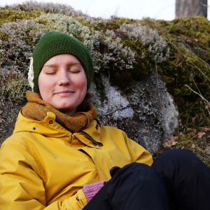 Nora Gullmets sitter i skogen.