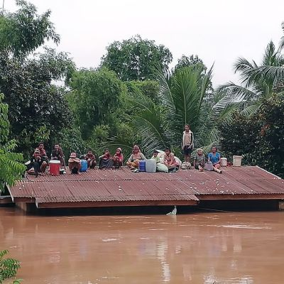 Räddningsmanskap i Laos försöker evakuera och rädda överlevande som hotas av vattenmasor