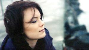 kvinna i profilbild blickar ut ur bilden